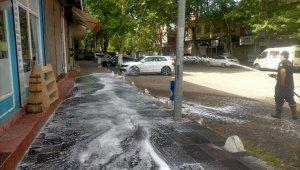 Gölbaşı Belediyesi yolları ve kaldırımları dezenfekte ediyor