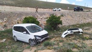 Gürün'de otomobil şarampole uçtu: 1'i bebek 6 yaralı