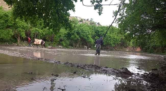 İlkel yöntemlerle çalışan çiftçiler iftar saatine kadar tarlalarını ekiyor
