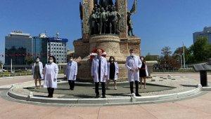İstanbul Eczacı Odası Cumhuriyet Anıtı'na çelenk bıraktı