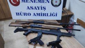 İzmir'de kaçtıktan sonra kaza yapan şüpheli araçtan silahlar ve tüfekler çıktı