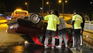 İzmir'de takla atan otomobilin sürücüsü yaralandı