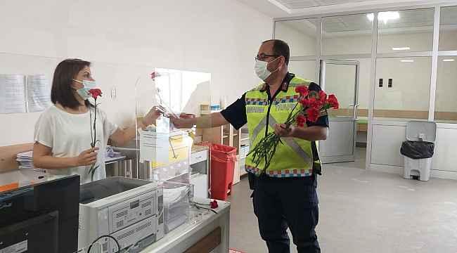 Jandarmadan sağlık çalışanlarına ve vatandaşlara çiçek