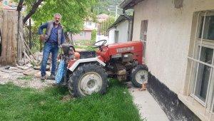 Kendi evine traktör ile girdi