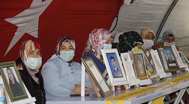 Kısıtlamalar kalktı, evlat nöbetindeki aileler HDP önündeki çadıra koştu