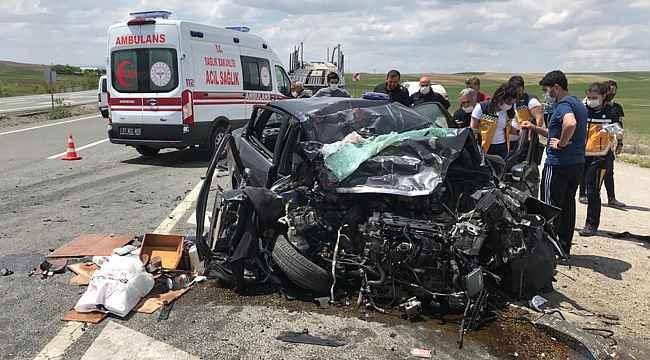 Kontrolden çıkan otomobil karşı şeritte tıra çarptı: 1 ölü, 2 yaralı