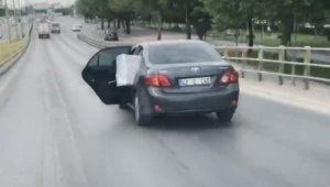 Konya'da eşya yüklü otomobilin arka kapısı açık haldeki yolculuğu kamerada