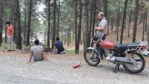 Motosiklet şarampole yuvarlandı: 2 yaralı