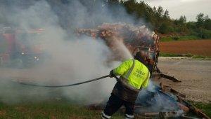 Odun yüklü römork, yanmaktan son anda kurtarıldı
