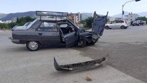 Osmaniye'de otomobil sinyalizasyon direğine çarptı: 2 yaralı