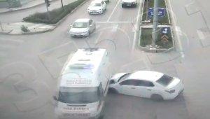 Otomobil, Covid temaslısı taşıyan ambulansa çarptı