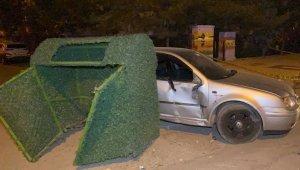 Otomobil önce elektrik panosuna sonra çöp konteynerine çarptı: 2 yaralı