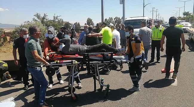 Otomobil traktörle çarpıştı: 1'i ağır 4 yaralı