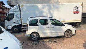 Otomotiv dükkanını sopalarla basıp araçların camlarını kırdılar