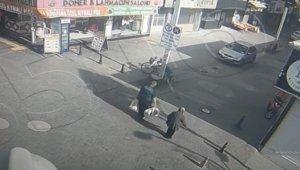 Poşetlerini taşımakta zorlanan yaşlı kadının yardımına polis memuru koştu