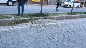 Silvan'da parke taşıyla döşenen yol bozuldu, araç sürücüleri tehlikeli anlar yaşadı