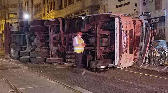 Sürücüsünün direksiyon hakimiyetini kaybettiği kamyon demir korkuluklara çarparak tramvay yola devrildi