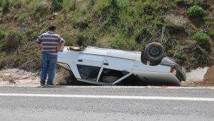 Tekeri yerinden fırlayan otomobil ters döndü: 2 yaralı