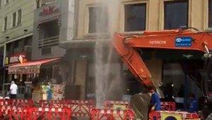 Üsküdar'da çalışma esnasında su borusu patladı, fışkıran su apartman boyuna ulaştı