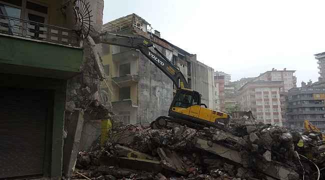 Yıkılan binanın hafriyatı yan binadaki evin yatak odasına doldu