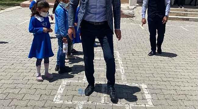 Ağrı Milli Eğitim Müdürü Tekin, kız öğrencilerle çizgi oyununu oynadı