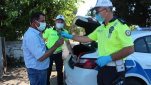 Alaşehir polisinden sürücülere maden suyu ikramı