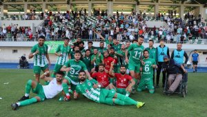 Amasyaspor 1968 futbolcuları galibiyeti oynayarak kutladı