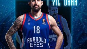 """Anadolu Efes: """"2018-2019 sezonundan bu yana formamızı terleten oyuncumuz Adrien Moerman ile 1 yıllık sözleşme yeniledik."""""""