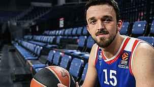 Anadolu Efes'te forma giyen Sertaç Şanlı, Barcelona'ya transfer oldu