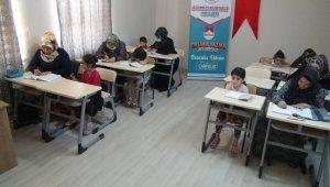 Anneler okuma yazmayı çocuklarının desteği ile öğreniyor