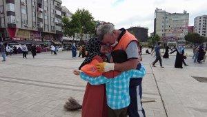 Bağcılar'da temizlik görevlisi babaya çocuklarından Babalar Günü sürprizi