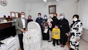 Bakan Yanık'tan, Beyoğlu'nda yeni doğan bebeğe 'Hoş geldin' ziyareti