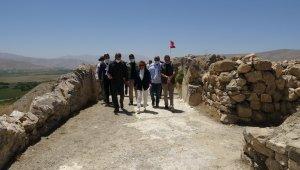 Bakan Yardımcısı Yavuz, Çavuştepe Kalesi tapınağının kitabesini Urartuca dinledi