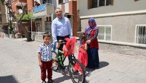 Başkan Savran'dan bisikleti çalınan çocuğa sürpriz hediye