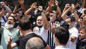 Beşiktaş taraftarları Sergen Yalçın'ın evinin önünde toplandı