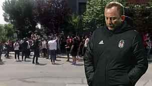 Beşiktaşlı taraftarlar hocayı ikna etmek için Sergen Yalçın'ın evinin önünde toplandı
