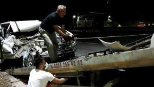 Bursa'da tıra arkadan çarpan sürücü araç içinde sıkışarak can verdi
