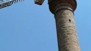 Cami minaresinde mahsur kalan adamı itfaiye kurtardı