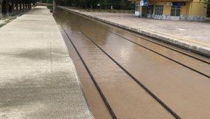 Dinar'da aşırı yağış hemzemin geçitleri ve demiryolunu sular altında bıraktı
