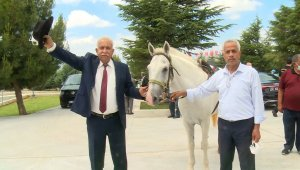 DYP'li eski Belediye Başkanı Demirel'in mezarına kıratla girdi