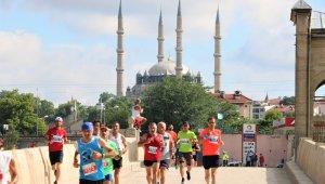 Edirne'de 6. Sınırsız Dostluk Yarı Maratonu renkli görüntülerle son buldu