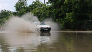 Edirne'de yağmur sonrası yollar göle döndü