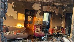 Elektrik kablosunun şase yapması sonucu çıkan yangında ev kullanılmaz hale geldi