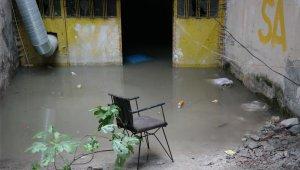 Eskişehir'de kanalizasyon taştı, bir binanın altı su doldu