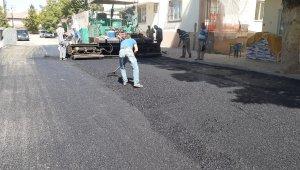 Gölbaşı ilçesinde sıcak asfalt çalışmaları devam ediyor