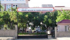 Güneş enerjisi ve kendi yazılımlarıyla okul giriş kapısını otomatik yaptılar