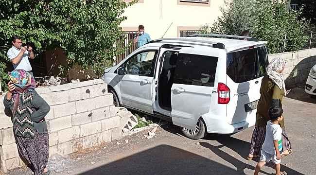 Hafif ticari araç bahçeye girdi