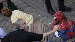 Hasta çocukların kahramanı Örümcek Adam, Papa ile görüştü