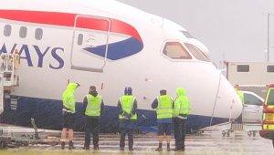 İngiltere'de park yapan uçağın burun tekerleği kırıldı