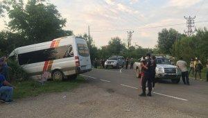 İşçi servisi kamyonetle çarpıştı: 1 yaralı